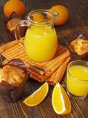 新鮮なオレンジ ジュースとマフィン — ストック写真