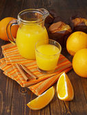 Fresh orange juice and muffins — Stockfoto
