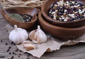 Haricot and garlic on a wooden background. — Stock Photo