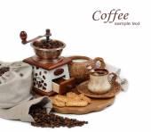 Taza de café y el molinillo de café sobre un fondo blanco. — Foto de Stock