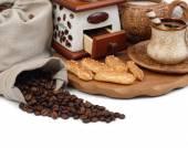 Tasse Kaffee und Kaffeemühle auf weißem Hintergrund. — Stockfoto