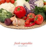 Färska grönsaker på en vit bakgrund. — Stockfoto