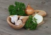 česnek a cibule na dřevěné pozadí. — Stock fotografie
