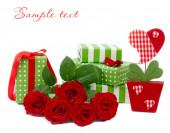 Rosas e presentes em um fundo branco. — Fotografia Stock