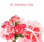 Roses of an unusual color and a red gift box on a white background. — Stock Photo
