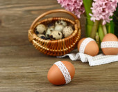 Easter background with eggs and pink hyacinths on a background. — Stock Photo