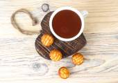 Cup of fragrant hot chocolate and biscuit cookies on a wooden background on wooden heart. — Stock Photo