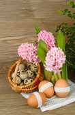 Easter eggs and hyacinths on a wooden background. Easter background. — Stock Photo