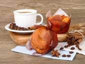 Cup of coffee and fragrant fresh house cakes on a wooden background. — Stock Photo