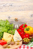 Cheese of various grades, fresh vegetables and olives on a light wooden background. Ingredients for preparation of the Italian vegetarian pizza. — Fotografia Stock