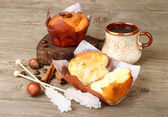 Cup of coffee and fresh fragrant cakes on a wooden background. — Stockfoto