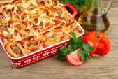 House meat pie and fresh vegetables on a wooden background. — Stock Photo