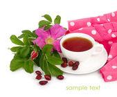 Filiżanka herbaty z suszonych filiżanka i filiżanka kwiat na białym tle. — Zdjęcie stockowe