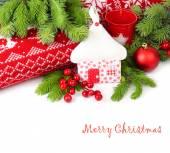 Loja de têxteis de Natal, bagas vermelhas e ramos de uma árvore de Natal, perto de travesseiros de malha vermelhos sobre um fundo branco. — Fotografia Stock