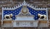 与基督之间两个狮子以上旧宫会标奖章是意大利佛罗伦萨市政厅. — 图库照片
