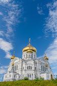 Belogorsky 大教堂,俄罗斯东正教会覆盖着蔚蓝的天空下的金子. — 图库照片