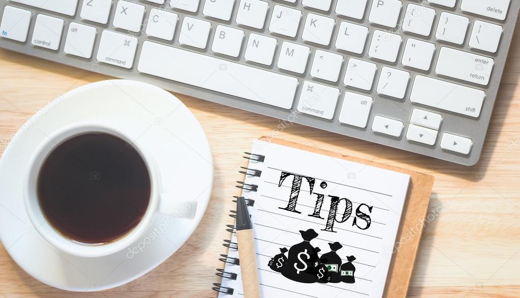 Soffbord Vintage : Begreppet tips meddelande på bok en penna och ett glas soffbord