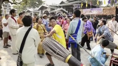 MAE HONG SON, THAILAND - APRIL 4, 2015: Unidentified musicians hitting long drum and gongs in Poy-Sang-Long festival,during in parades in Wat Jong Kham and Wat Jong Klang, Thailand. — Stock Video