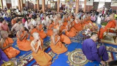Mae Hong Son, Thailand - 5 Nisan 2015: Poy seslendirdi uzun festival koordinasyon geleneksel düzenlenen töreni Wat Muay Tor tarihinde 5 Nisan 2015 yılında Mae hong son, Kuzey Tayland tanımlanamayan acemi. — Stok video