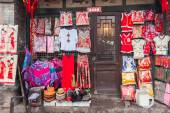The facade of a Chinese traditional dress shop in an old town — Stock Photo