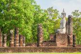 Ruínas de escultura e o templo de Buda no parque histórico de Sukhothai, — Fotografia Stock