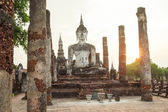 Buddha sculpture and temple ruins in Sukhothai historical park,  — Stock fotografie