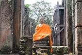 Buddha Skulptur mit einer orange des Mönchs-robe — Stockfoto