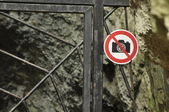 The ban on photographing the object. A sign at the entrance gate metal. The caves in the national park. Paternal National Park. — Stock Photo