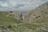 Taurus Mountains. Turkey. Steep cliffs and gorge. Snow-capped peaks. — Foto de Stock