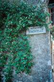 Street sign with stone wall and green leaves in Sirmione on Garda Lake, Italy — Stock Photo