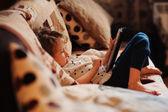 Peuter kind meisje spelen met tablet pc thuis — Stockfoto