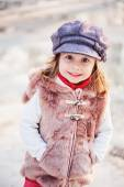 Happy toddler girl portrait on the walk in early spring with melting ice on background — Fotografia Stock