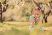Happy kid girl playing in spring blooming apple garden — Stock Photo