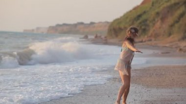 Happy girl runs along the beach and enjoys — Stock Video