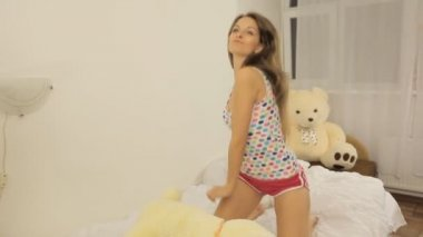 Girl dancing on the bed with a toy — Stock Video
