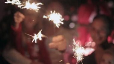 Beautiful family rejoices the new year and lights sparklers — Wideo stockowe