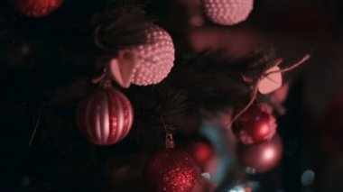 Christmas tree decorated with red and white balls — Stok video