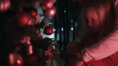 Little girl with dad decorate the Christmas tree for the New Year — Wideo stockowe