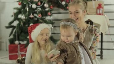 Amazing young mother doing selfie on the phone with her little blond girls — Stock Video
