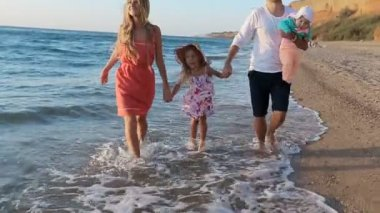 Happy family walks along the seashore — Wideo stockowe