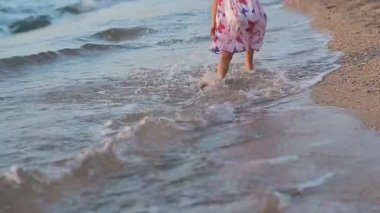 Little girl runing along the beach in sundress in slow motion back view — Vidéo