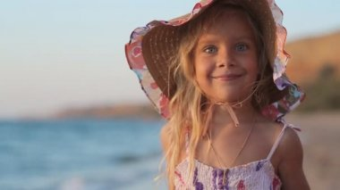 Portrait of funny little girl on the sea — Stock Video