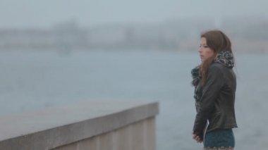 Romantic brunette walks along the seafront — Stock Video