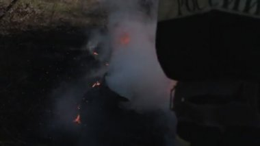 Fireman extinguishes the fire with a water jet — Wideo stockowe
