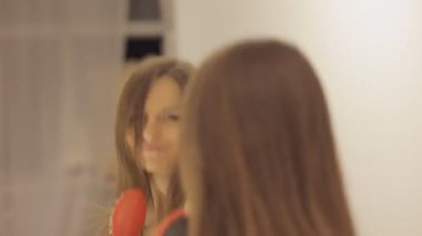 Girl sings before the mirror — Stock Video