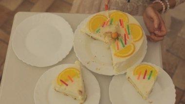 Woman cuts cake — Stock Video