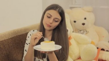 Girl eats cake and enjoy it — Stock Video
