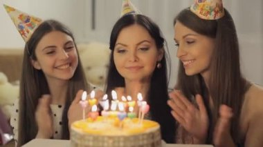 Pretty girls with birthday cake — Wideo stockowe