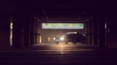 Sports car rides in the parking lot and shining lights into lens — Vídeo stock