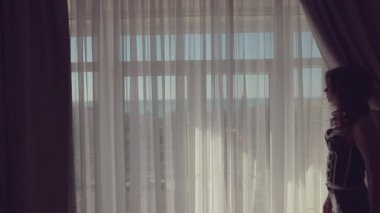 Silhouette of a beautiful model against the window in hotel — Stock Video
